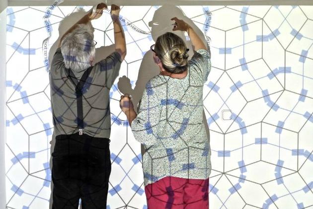Faa Balázs és Erika az installácójukon dolgoznak