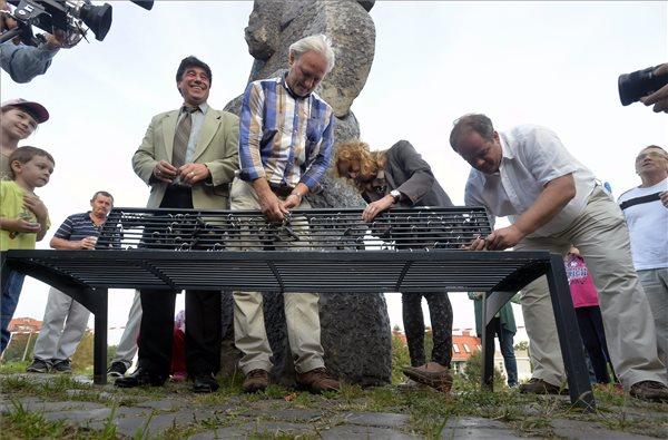 Nemcsák Károly, Trokán Péter, Frajt Edit, a Szomszédok című tévéfilmsorozat szereplői, valamint Hoffmann Tamás polgármester a 30 éves gazdagréti lakótelepen (MTI Fotó: Máthé Zoltán)