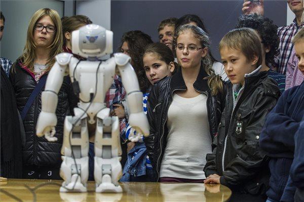 Beszélő humanoid robot bemutatója a Kutatók éjszakáján (MTI Fotó: Szigetváry Zsolt)