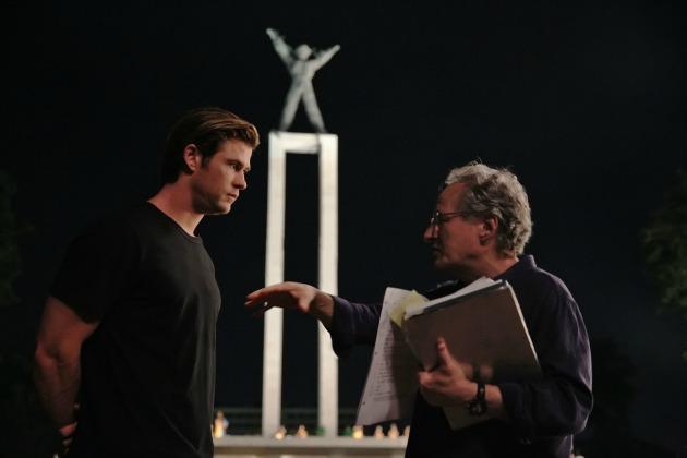 Chris Hemsworth és Michael Mann a forgatáson (Fotó: flicksandbits.com)