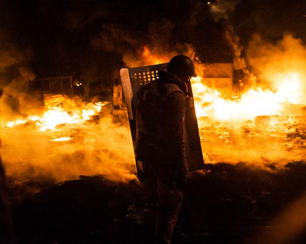 Guillaume Herbaut - Egy EU-párti tüntető a 2014 január 22-i kijevi összecsapásban (Fotó: www.guillaume-herbaut.com)