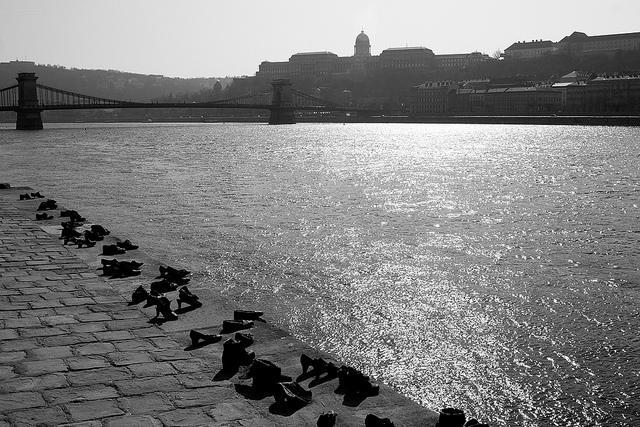 Egy képzőműveszeti projekt: Cipők a Duna-parton (Pauer Gyulával közösen)