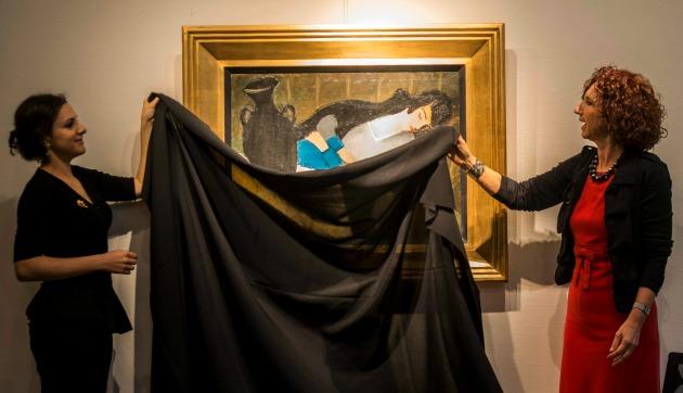 Kelen Anna művészettörténész és Virág Judit galériatulajdonos leleplezi a festményt (MTI Fotó: Kallos Bea)