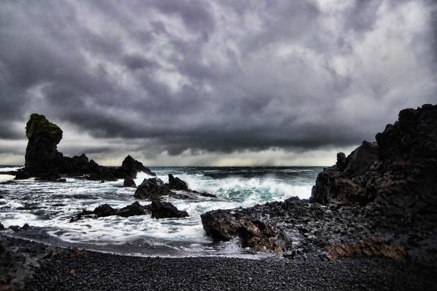 Fekete homokos tengerpart és trollsziklák (Fotó: Donna Tzaneva)