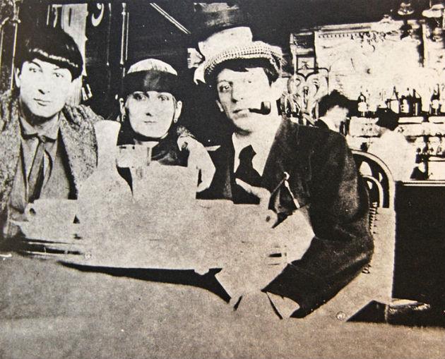 Jean Cocteau 1916-ban a Café de la Rotonde-ban kapta lencsevégre a fiatal Pablo Picassót, Moise Kislinget és Paquerette-et, Picasso akkori szerelmét