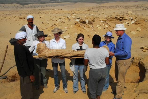 Egy múmia kiemelése a Fag el Gamous temetőben 2010-ben (Fotó: news.byu.edu)