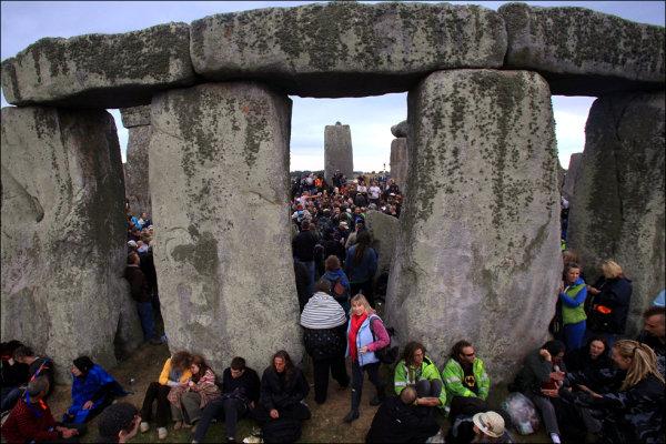 Látogatók a Stonehenge-nél (fotó: obviousmag.org)