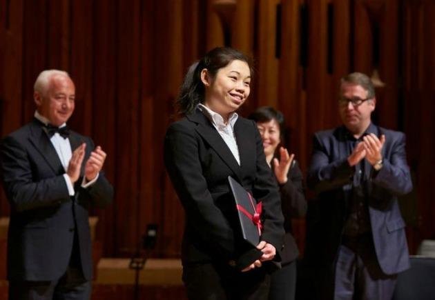 Elim Chan a díjátadás után (Fotó: Clive Totman/lso.co.uk)