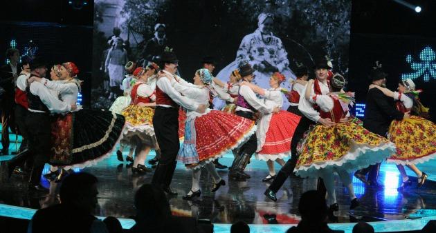 A táncegyüttes kategória győztese, a topolyai Cirkalom Táncegyüttes előadása (MTI Fotó: Honéczy Barnabás)