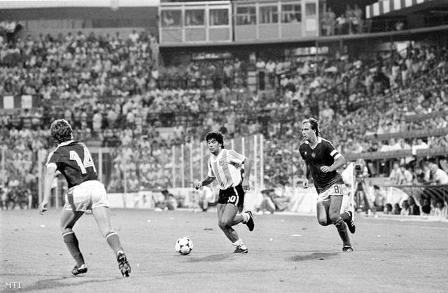 Maradona és Nyilasi Tibor fut a labdáért az 1982-es Magyarország - El Salvador világbajnoki csoportmérkőzésen (Forrás: soprtgeza.hu)