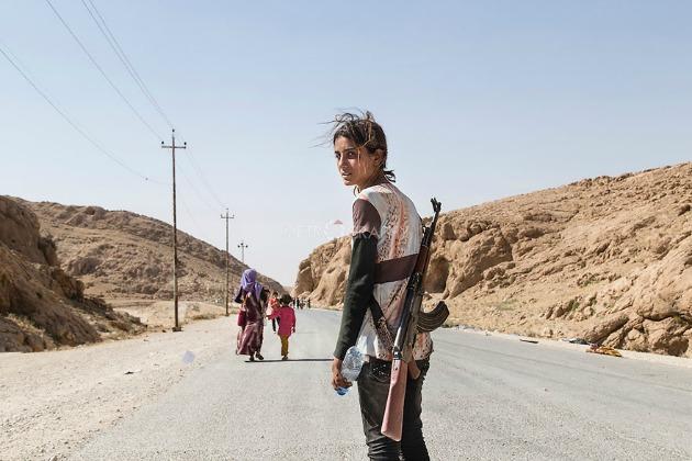 Jezidita lány puskával - így védi családját az ISIS harcosaitól