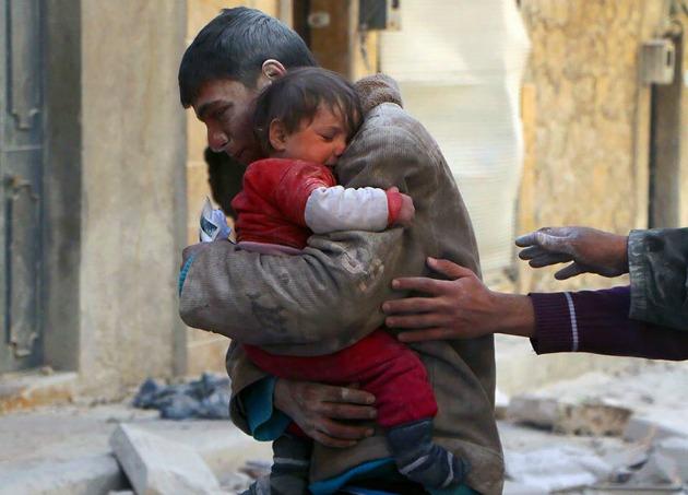 A törmelékek alól szabadítja ki egy fiú kishúgát Szíriában