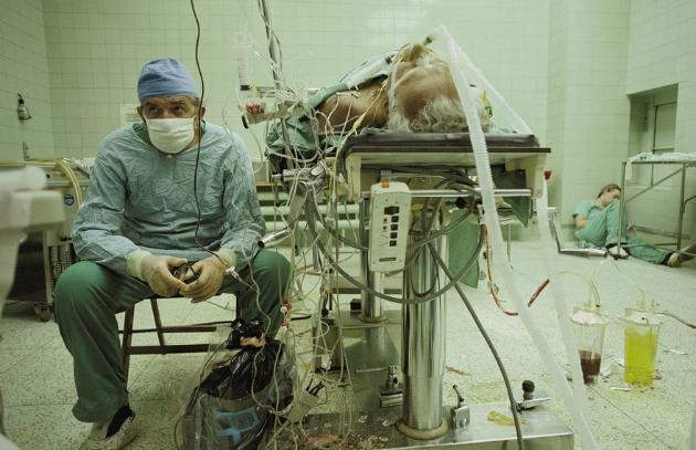 Szívsebész egy 23 órán át tartó sikeres szívátültetés után - asszisztense a háttérben alszik