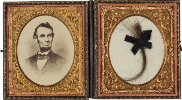 Lincoln egy korábban eladott hajtincse (Fotó: bornrich.com)
