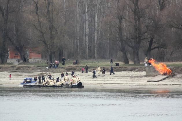 Csónakos átkelés a Dunán