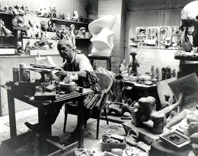 Henry Moore a műtermében, munka közben (Fotó: picassomio.com)
