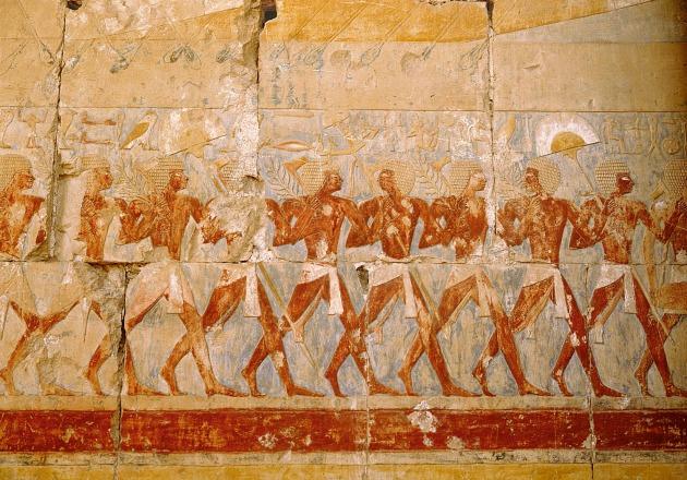 Illusztráció - festett relief Hatsepszut királynő templomában. Zászlókkal, harci fejszékkel és pálmalevelekkel vonuló egyiptomiak. (Fotó: Hirado.hu/Getty Images)