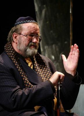 Andorai György Schnaps szerepében a Tisztújítás című színdarabban (MTI Fotó: Nándorfi Máté)