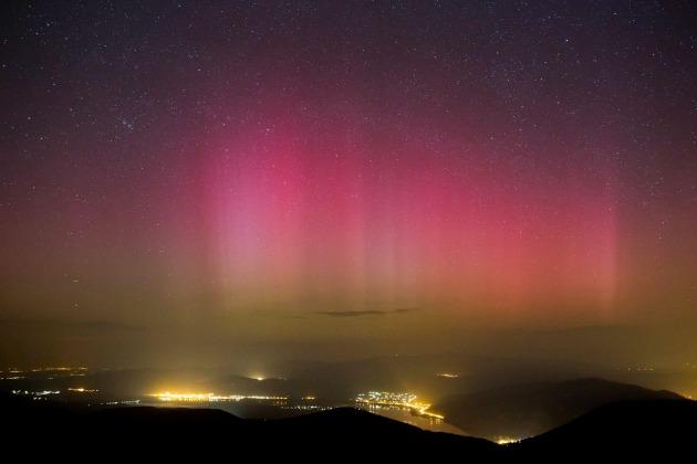 Sarki fény (aurora borealis) a dobogókői kilátóból fotózva 2015. március 18-án (MTI Fotó: Mohai Balázs)