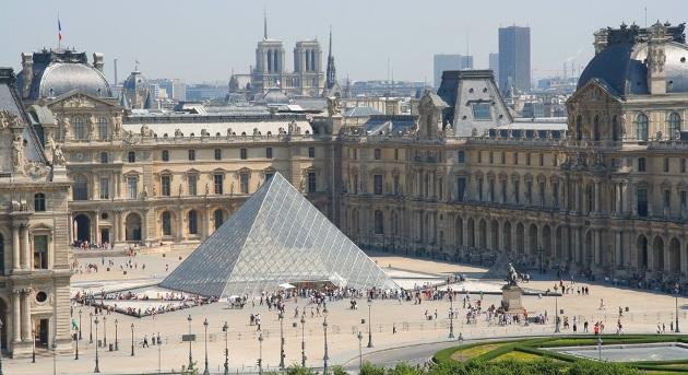 A párizsi Louvre (Forrás: pinterest.com)