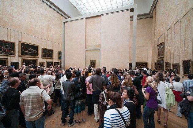 Tömeg a Mona Lisa előtt (Forrás: wikimedia.org)