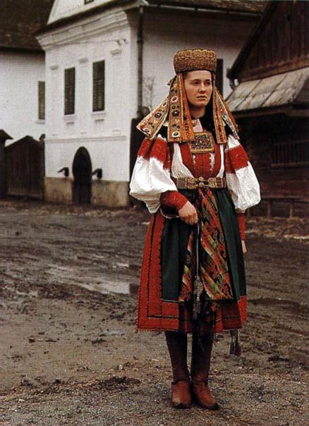 Torockói hagyományos női ünnepi viselet (Fotó: mek.oszk.hu)