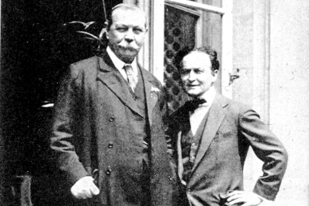 Sir Arthur Conan Doyle és Harry Houdini (Fotó: laughingsquid.com)