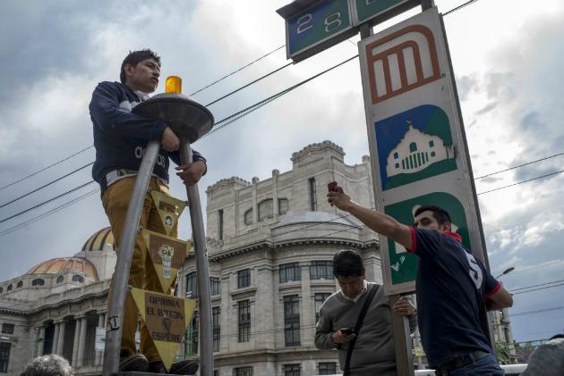 Járókelők leskelődnek (Fotó: fusion.net)