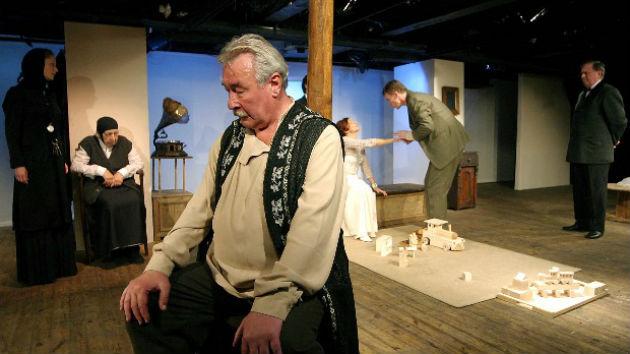 Borisz Boriszovics Szimeonov-Piscsik szerepében a Cseresznyéskertben (Fotó: hirado.hu/MTI/Nándorfi Máté)