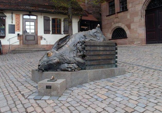 Jürgen Goertz: A nyúl – Tisztelgés Dürer előtt, 1984 (Forrás: pinterest.com)