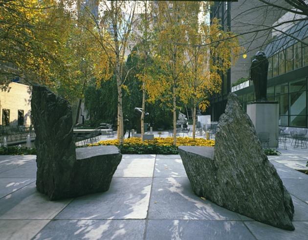 Scott Burton: Kőszékek, 1980-81 (Fotó: moma.org)