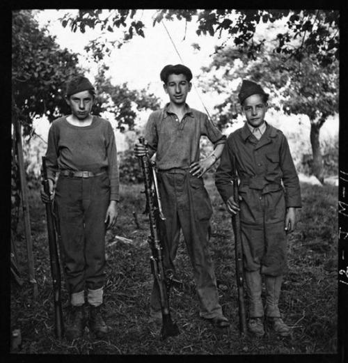 Küldöncök az első amerikai hadtest sajtótáborában, Vouilly, Calvados, Normandia, augusztus 6. (Fotó: © John G. Morris)