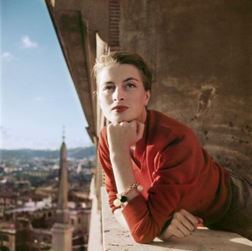 Capucine francia modell és színésznő az erkélyen, Róma], 1951. augusztus (Fotó: © Robert Capa/ International Center of Photography / Magnum Photos)