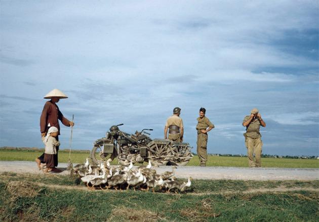 Úton Namdinh-től Thaibinh fele, Indokína, 1954 május (Fotó: Robert Capa © International Center of Photography / Magnum Photos)