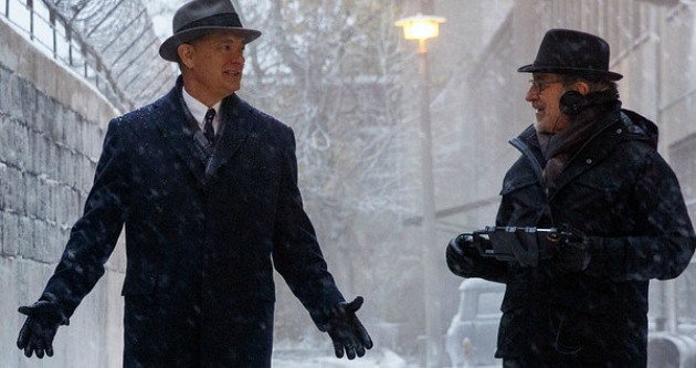 Tom Hanks és Spielberg a forgatáson - újra együtt (Fotó: movieweb.com)