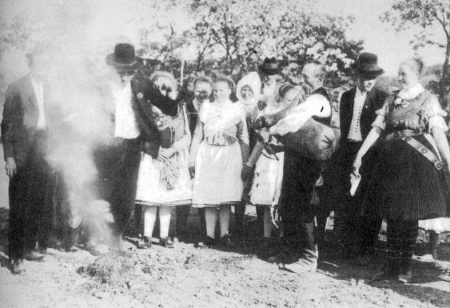Szent Iván-i tűzugrás az 1930-as évekből (Forrás: mek.niif.hu)
