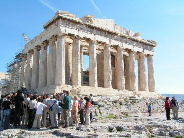 Turisták az Akropoliszon (Forrás: pinterest.com)