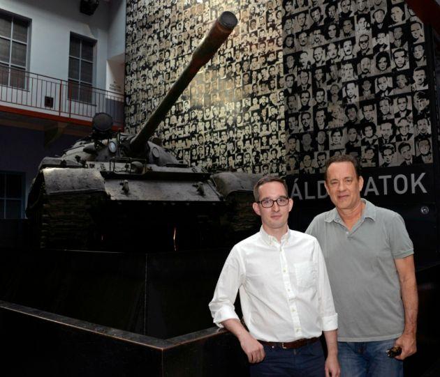 Baranyi Márton kommunikációs igazgató és Tom Hanks (Fotó: terrorhaza.hu)