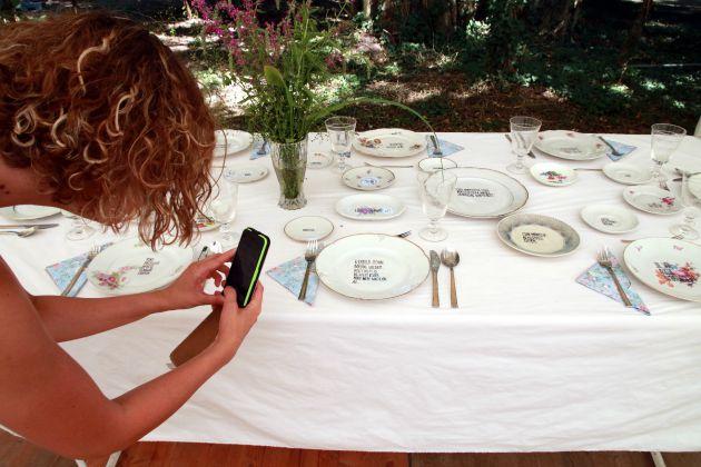 Hitka Viktória képzőművész étkészletét fotózza egy látogató (MTI Fotó: Nagy Lajos)