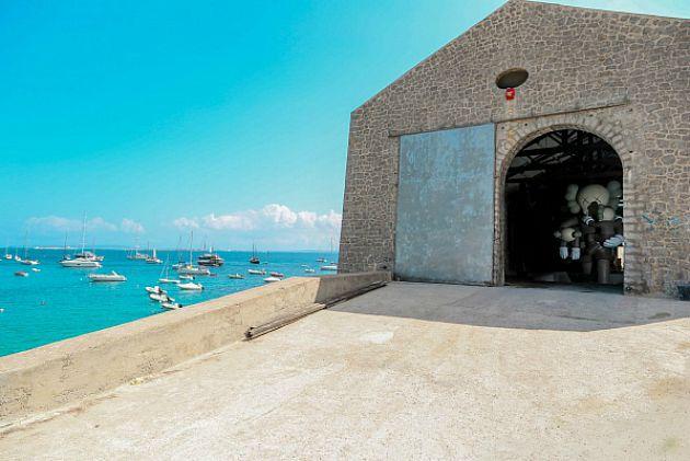 "La Nave és Kaws szobra Ibizán (Fotó: © Victor Moreno ""Vitorino"")"