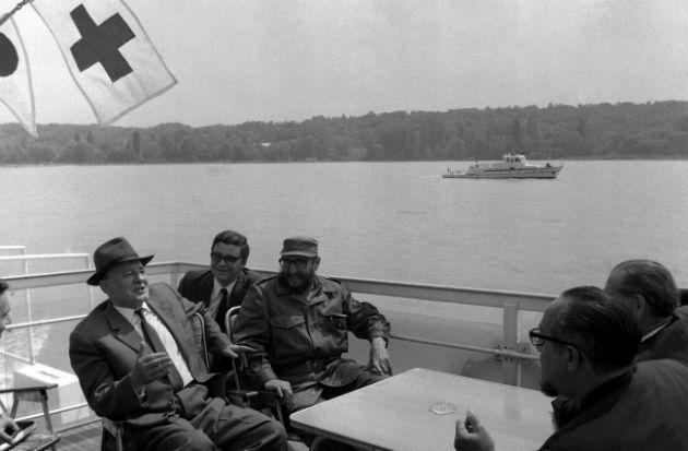 Kádár János és Fidel Castro, a Kubai Kommunista Párt Központi Bizottságának első titkára, a kubai forradalmi kormány elnöke a Szabadság hajóval tettek partmenti sétát Balatonaligától Tihanyig (Fotó: mult-kor.hu)