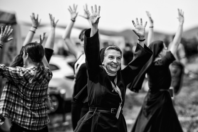 A fekete-fehér kategóriában az első helyezést Komka Péter, az MTI/MTVA fotóriporterének képe szerezte meg, amelyet a 32. Egerszalóki Katolikus Ifjúsági Találkozón készített egy körtáncot járó csoportról 2014 júliusában.