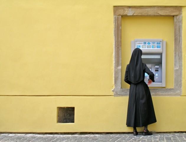 A harmadik helyezett Tóth-Piusz István fotóján szintén egy apáca látható Lőcse óvárosából, amint éppen egy bankautomatát használ.