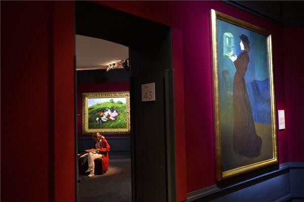 Rippl-Rónai József Kalitkás nő (j) és Szinyei Merse Pál Majális (háttérben) című festménye a Raffaellótól Schieléig című kiállítás megnyitóján a milánói Palazzo Reáléban, forrás: MTI