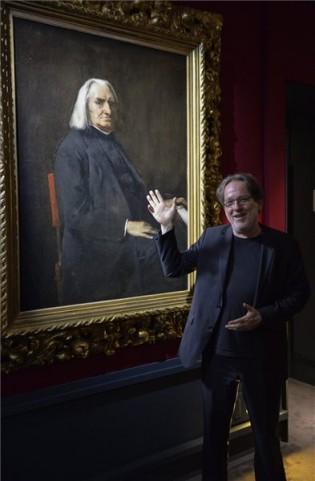Baán László, a Szépművészeti Múzeum főigazgatója Munkácsy Mihály Liszt Ferenc portréja előtt beszél a Raffaellótól Schieléig című kiállítás megnyitóján a milánói Palazzo Reáléban, forrás: MTI