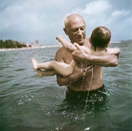 Robert Capa, [Pablo Picasso fiával, Claude-dal játszik a vízben, Vallauris, Franciaország], 1948. © Robert Capa/International Center of Photography/Magnum Photos