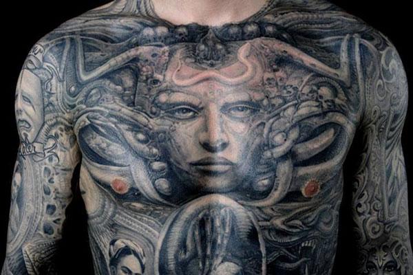 H.R. Giger inspirálta tetoválás