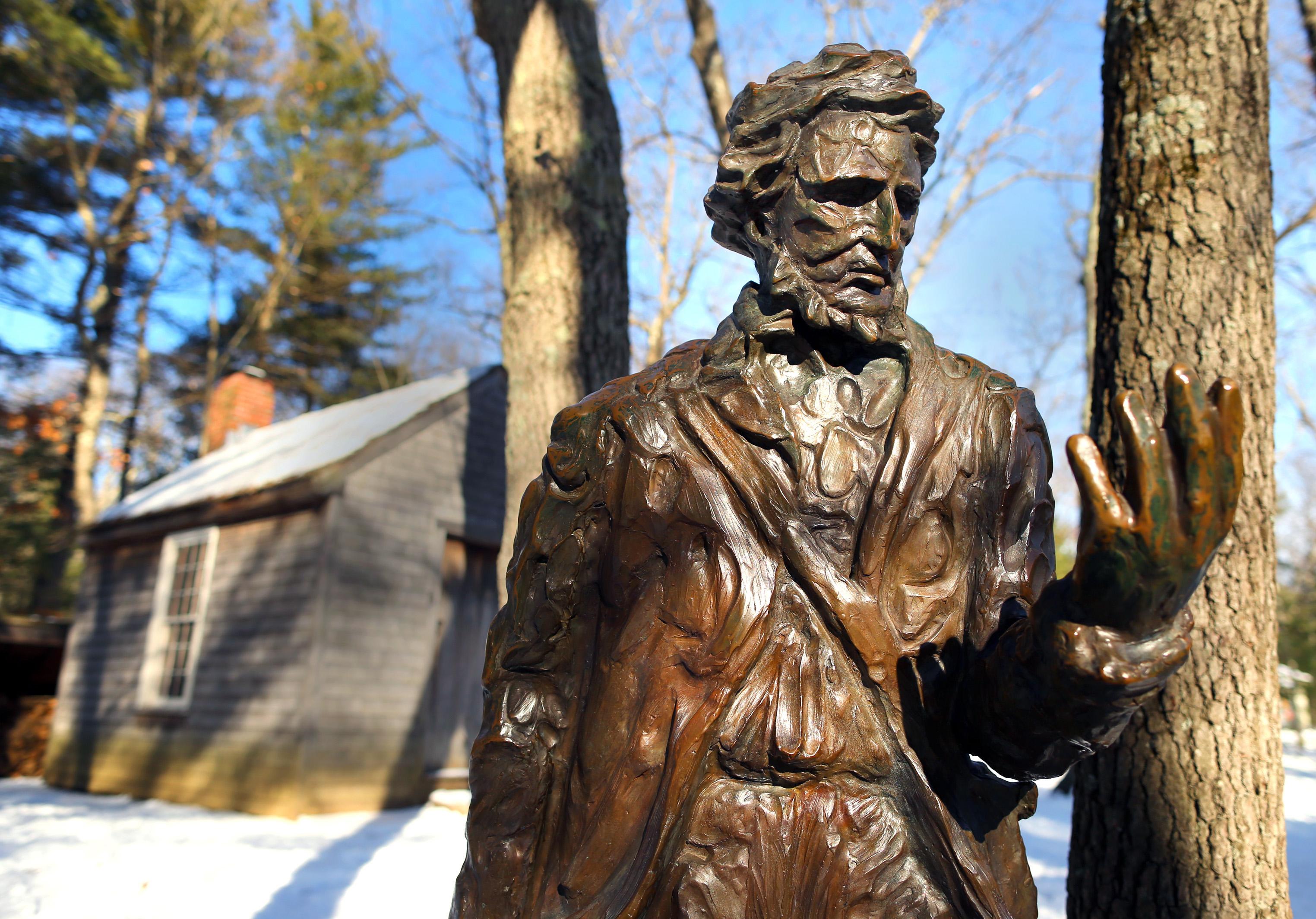 Thoreau szobra a Walden tó partján