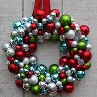 Napi karácsonyi tipp 1. Ajtódísz gömbökből