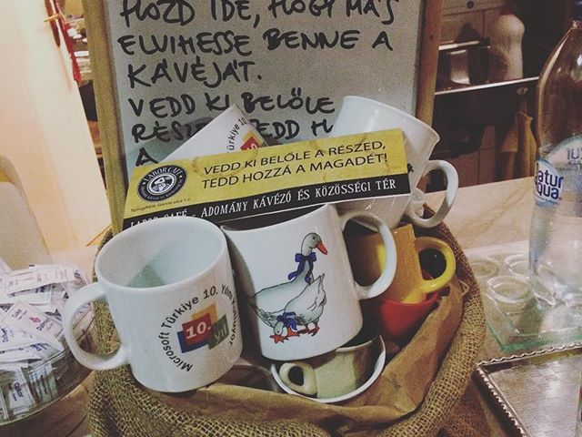 Bögrebumeráng a Labor Caféban a műanyagmentes lét jegyében. Hozd be a megunt bögréd, hogy más abban vihesse el a kávéját! - Mugbumerang ON. Put your unused mugs intu the buscet for someone, who want a caffé to go. #plasticfreejuly #giveamugtakeamug #mugbumerang #laborcafe #charitycafe #randomkindness #bögrebumeráng